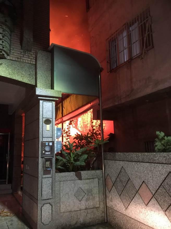 高雄鼓山區鼓山二路某平房2樓住宅16日凌晨3時25分驚傳火警。(翻攝畫面/洪浩軒高雄傳真)