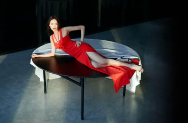 王紫璇性感扶腰趴在圓桌上,完美展現微甜的性感氣場。(圖/摘自微博@王紫璇工作室)