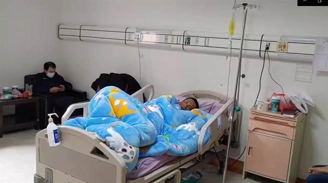 邱男到醫院後表示肚子很餓,身上有多處擦傷、明顯脫水。(讀者提供/張妍溱台中傳真)