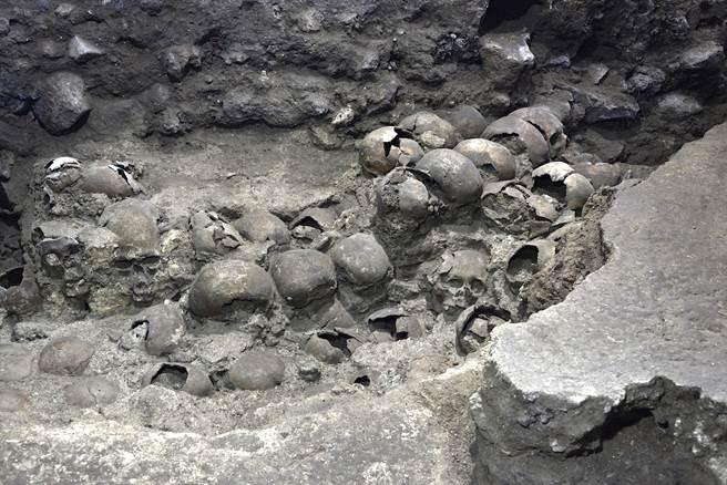 考古學家曾認為骷髏塔中都是年輕男戰士的頭骨,但這次的考古成果卻推翻了這種猜測。(圖/路透社)