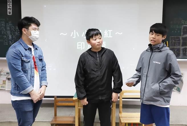 来自印尼的台科大营建系大三学生黄顺发(左)教石门国小的邱子恩(右)说印尼语。(台科大提供/李侑珊台北传真)