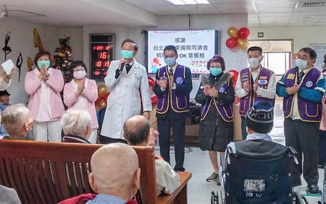 竹榮院長彭家勛(左三)感謝台北巿遠東國際同濟會捐贈卡拉OK視聽設備給精神護理之家。(羅浚濱攝)