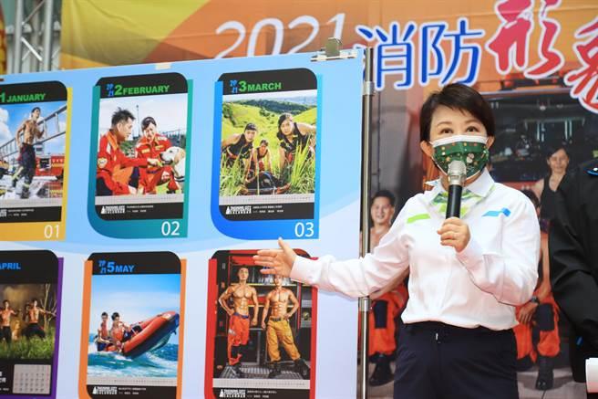市長盧秀燕逐月介紹消防形象月曆,每一月都有一段精彩的故事。(陳世宗攝)