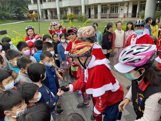 98歲的康孟麟爺爺,率領29位長者騎行單車,從花蓮縣府至花蓮東華附小贈送聖誕禮物。(羅亦晽攝)