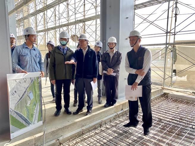 台南市农业局长谢耀清(左二)视察新化果菜市场工程。(台南市农业局提供/刘秀芬台南传真)