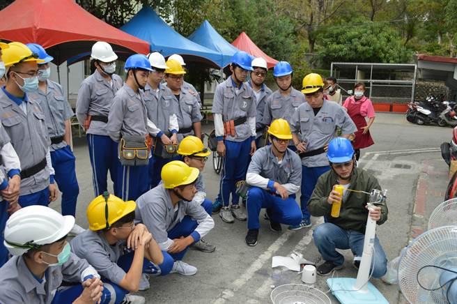 学生仔细聆听老师指导要领,一共完成122支电风扇清洁,剩下的将再安排时间处里,(吴建辉摄)