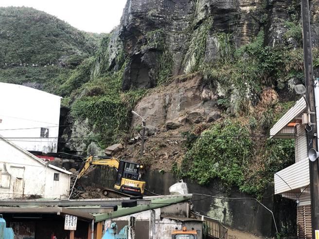 新北市瑞芳区公所表示,边坡上还有约5颗2米大石头,岩壁上也有裂缝情形。(读者提供/陈彩玲新北传真)