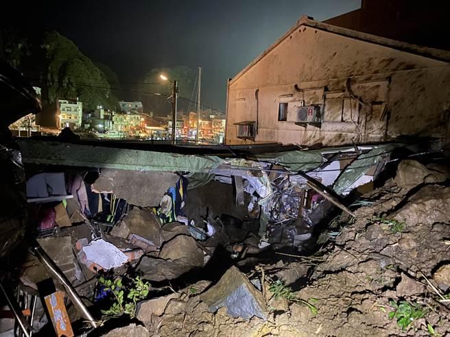新北市瑞芳区鼻头路有2户住家遭落石砸中,其中一间铁皮屋建置的潜水店几乎全毁。(读者提供/陈彩玲新北传真)