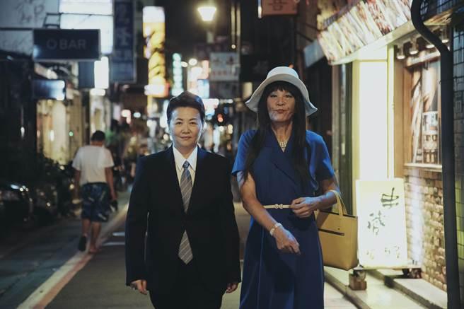 龍劭華(右)與王琄在《戒指流浪記》分別變性裝扮。(HBO Asia提供