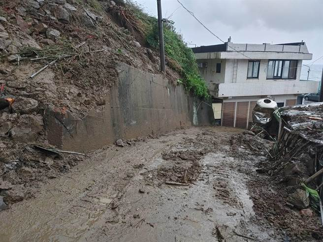 瑞芳区公所工务课长翁于茹表示,目前道路石头已经全数清空。(读者提供/陈彩玲新北传真)