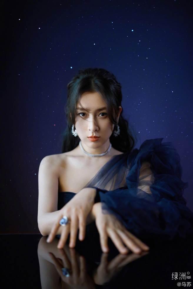 馬蘇選穿一襲深藍色薄紗禮服現身「2020鳳凰網時尚之選」盛典活動。(圖/摘自微博@ 马苏工作室)