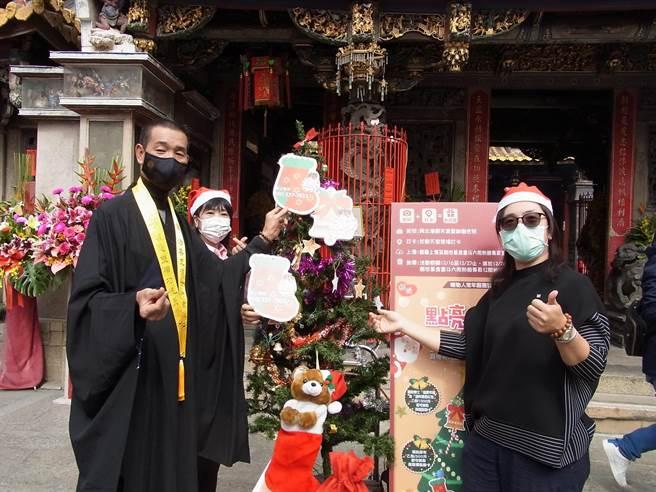 创世基金会经费严重短缺,在云林县北港朝天宫发起「植爱耶诞树」认助活动。(张朝欣摄)