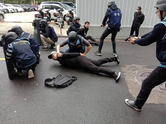 吳柏辰鬥狠模樣十分逼真,嚇得附近民眾在臉書PO「一早就發生警匪追逐」,令員警們哭笑不得。(戴上容翻攝)
