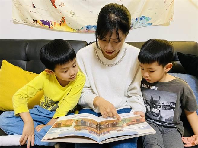 淡水古蹟博物馆出双语绘本! 大小朋友快乐看书趣(戴上容摄)