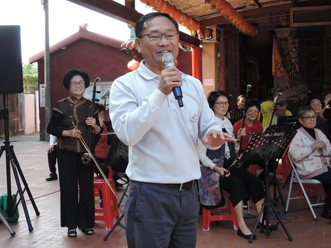 縣議員王啟澧(前)83歲媽媽陳阿燦(後方左一)也是表演者之一。(張毓翎攝)
