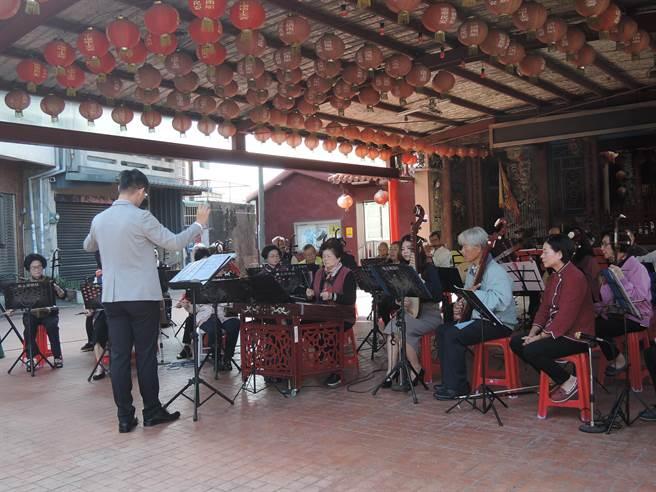 水上鄉長青及橋下國樂團46名團員演奏台灣歌謠《桃花鄉》等曲目。(張毓翎攝)
