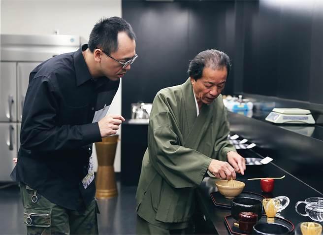 为将「职人精神」从咖啡延伸至茶饮,路易莎创办人黄铭贤向日本第一茶匠森田治秀请益并认真学习抹茶制作。(图/路易莎咖啡)