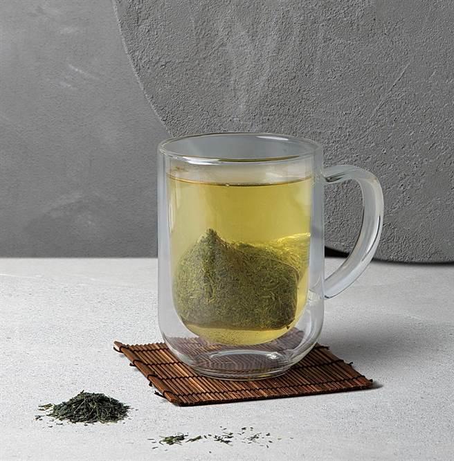 路易莎「大臣赏冠军茶匠煎茶」标榜请到日本第一茶匠森田治秀担任监制。(图/路易莎咖啡)