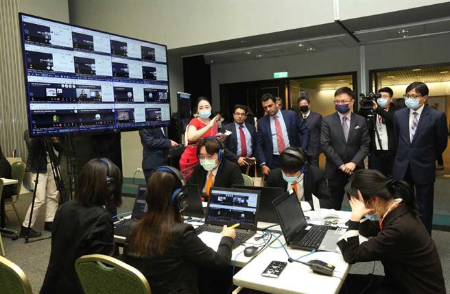 贵宾参观本次印度台湾形象展战情室,后排右2为外贸协会董事长黄志芳。(图:贸协提供)