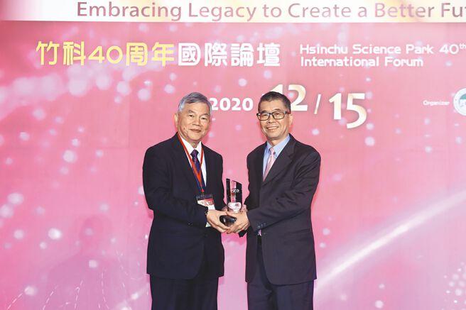 行政院副院長沈榮津(左)頒發「竹科40傑出成就貢獻獎」給蔡明介(右)。圖/業者提供