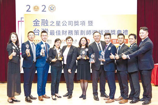 台湾人寿于「2020年台湾金融之星」荣获「最佳通路策略奖」与「最佳商品创新奖」两项公司奖,也夺下「最佳财务策划师」个人组冠军及亚军,以及获得团体组「最佳财务策划书奖」及「最佳财务策划创意奖」双大奖。图/台湾人寿提供