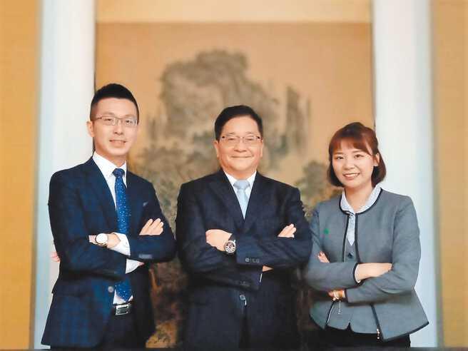 IFPA理事长刘先觉(中)与台湾人寿林梓烨(左)、国泰人寿简秀珊(右)等保险业伙伴一起合影。图/黄志伟