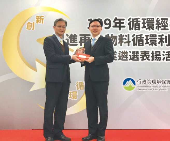 环保署主任秘书叶俊宏(左)颁赠台湾环保技术研发企业「优良1星级」奖碑,由优胜奈米董事长许景翔(右)代表接受。图/优胜奈米科技提供