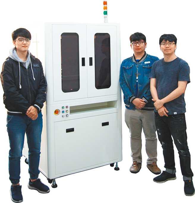 鼎宸科技總經理戴嘉輝(右一)表示,該公司光學篩選機功能齊全,提供精密檢測與高速產能效益。圖/鼎宸科技提供