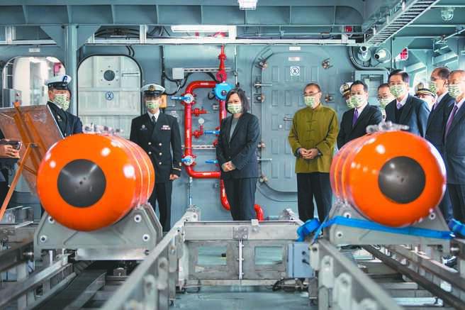 蔡英文總統主持高效能艦艇後續艦首艦命名暨下水及快速布雷艇首艇交艇典禮,了解快速布雷作業。(總統府提供)