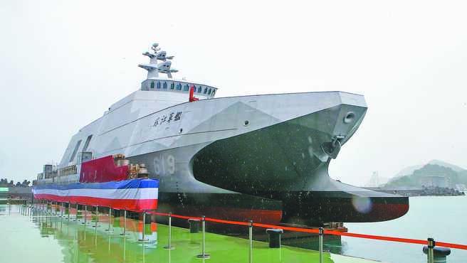 蔡總統15日到宜蘭蘇澳港區龍德造船廠六廠,出席「高效能艦艇後續艦首艦命名、下水暨快速布雷艇首艇交艇典禮」,圖為蔡親自命名為「塔江」的高效能艦艇後續艦。(趙雙傑攝)