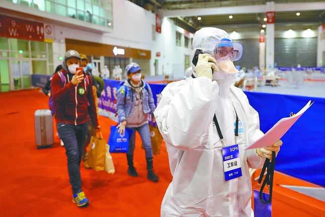 境外返京旅客會乘坐專門的大巴到達中國國際展覽中心新館,這裡是北京首都國際機場全部入境旅客轉運集散地。(中新社)