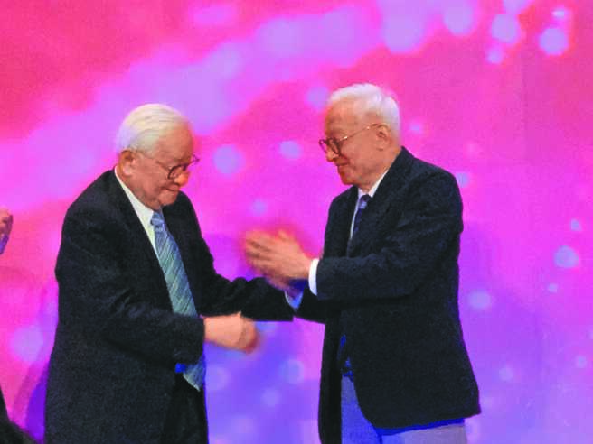 台积电创办人张忠谋(左)与联电荣誉董事长曹兴诚(右)相见欢。(涂志豪摄)
