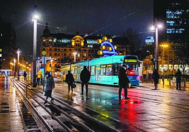 德國將從16日起關閉商店、學校、日間護理中心,橫跨整個耶誕節及新年假期,最少持續至明年1月10日。(美聯社)