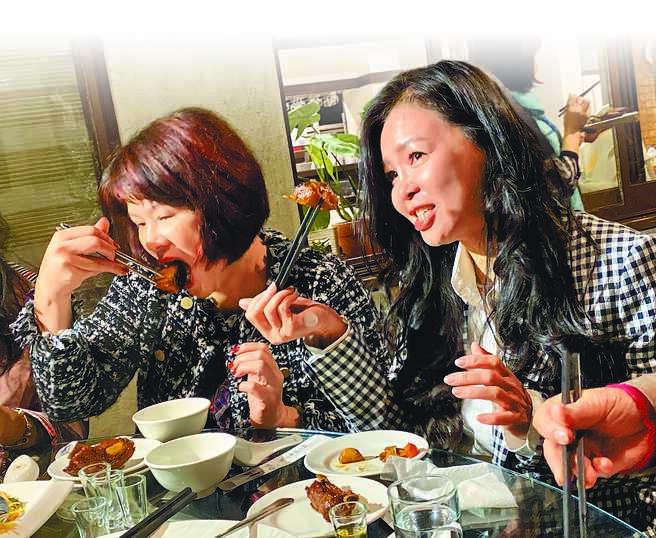 日月潭周邊餐廳推出三杯魚虎料理,口味鹹中帶甜,香氣足又不油膩,深受民眾喜愛,未來希望持續推出更多料理,讓民眾一起動嘴滅虎。(黃立杰攝)