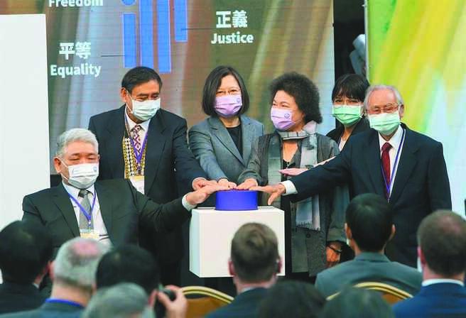 言論自由在民主憲政史上一直扮演著開路先鋒的角色。圖為蔡英文總統(左3)出席「台灣人權阿普貴(Upgrade)活動」。(鄭任南攝)