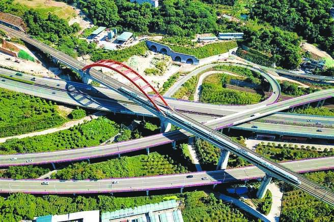 大陸前11月城鎮固定資產投資年增2.6%。圖為在福州航拍的高鐵列車。(中新社資料照片)