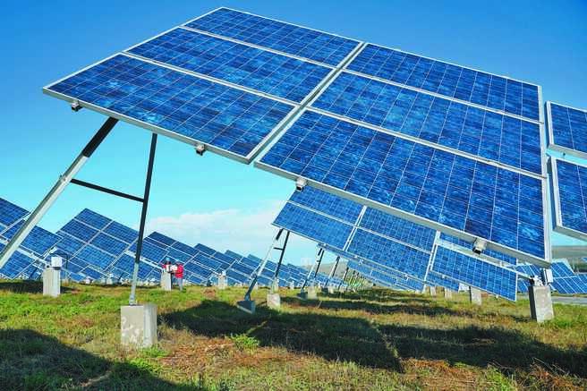 張家口市張北縣國家風光儲輸示範基地的太陽能發電站,工人在檢修設備。(新華社資料照片)
