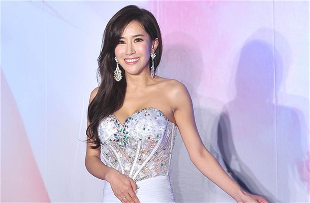 張暖雅2014年穿著性感高衩禮服,宣布與孟庭葦前夫經紀公司簽約。(本報系資料照)