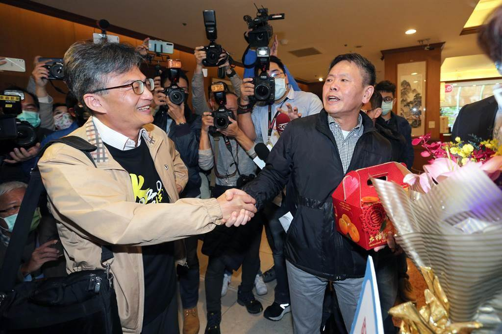 蘇偉碩(左)17日出席反瘦肉精毒豬聯盟記者會後,國民黨立院黨團總召林為洲(右)帶著黨團幹部前來聲援,獻花及送上象徵吉利的橘子。(黃世麒攝)
