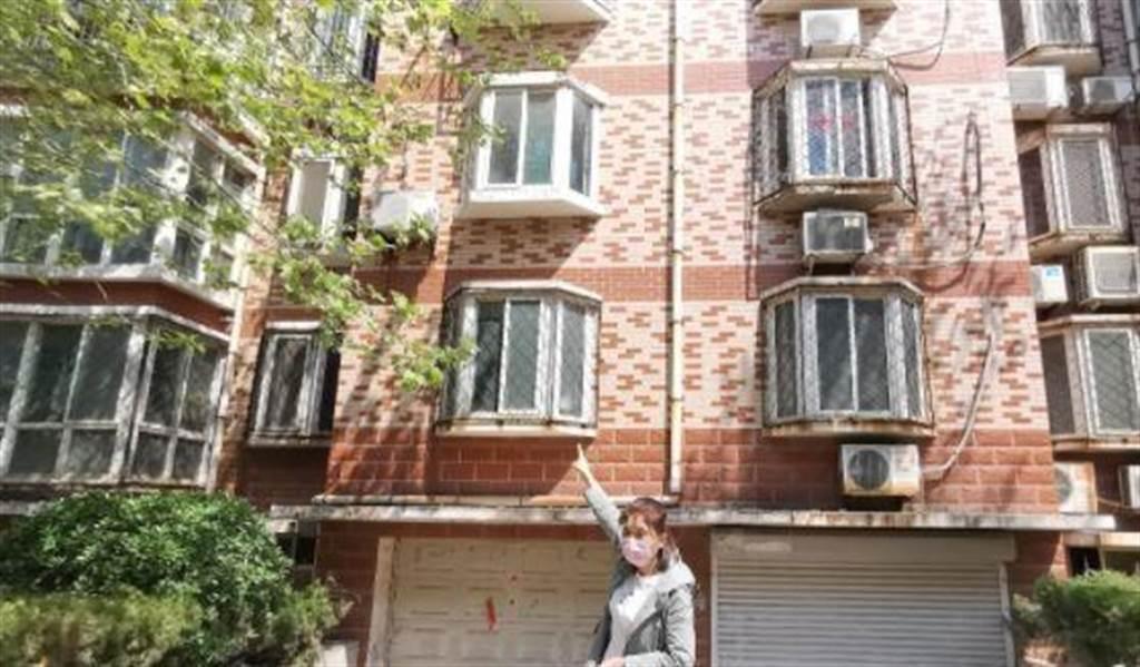 人夫潛入宿舍激戰女網友,被老闆發現後自2樓窗戶跳下慘死。(圖/翻攝自紅星新聞)