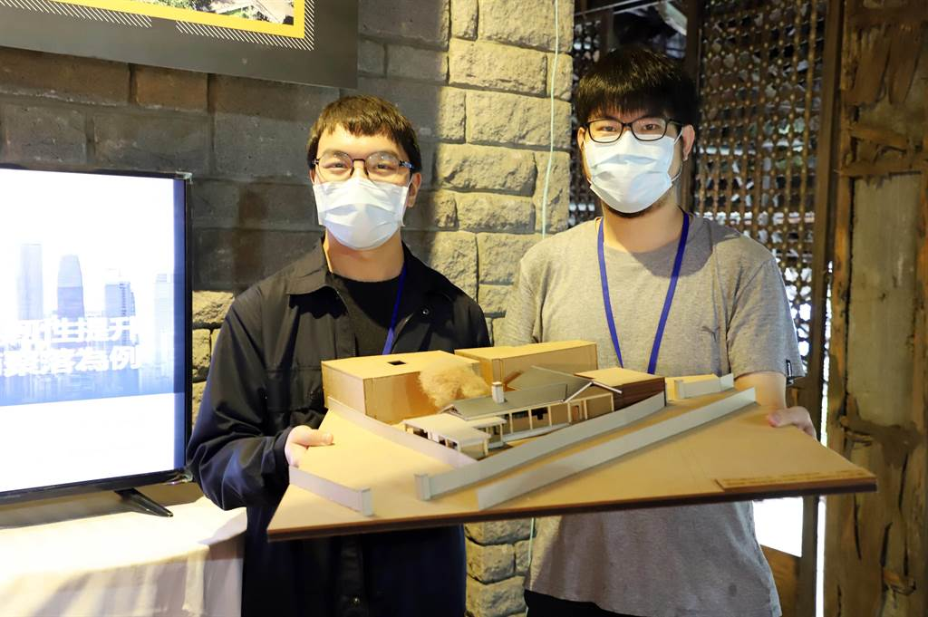 台科大建築系大四學生鄭翔文(左)、郭子榕(右)參與學人新村模型製作。(台科大提供/李侑珊台北傳真)