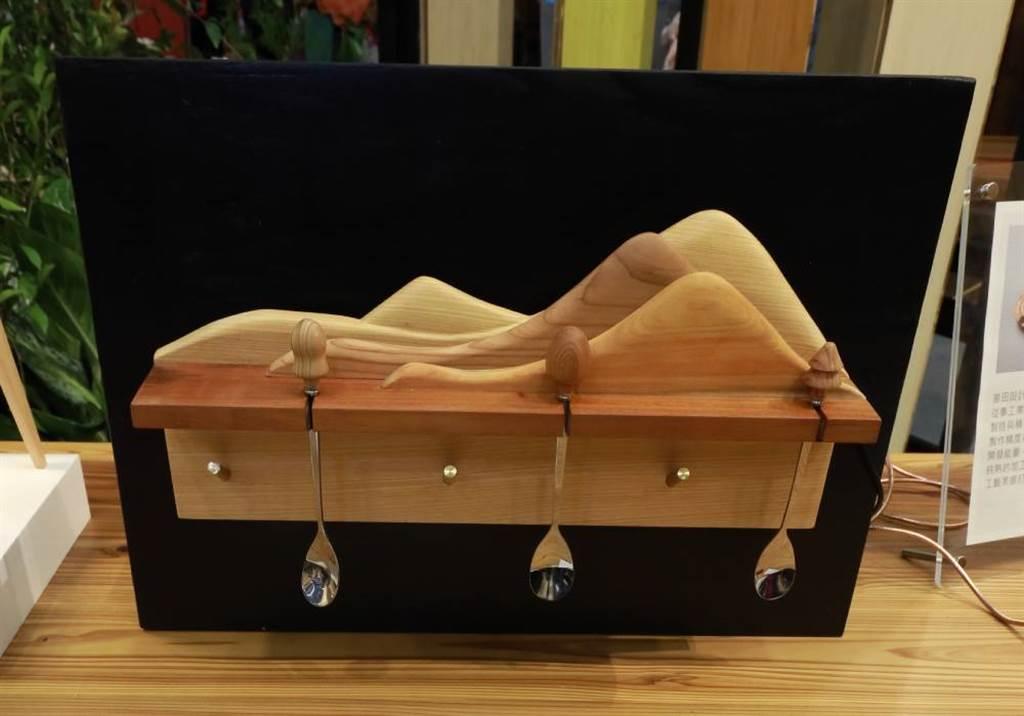 國產木材文創品,由嘉義大學木質材料及設計學系環境機能材料研究室製作。(圖/梁惠明攝)
