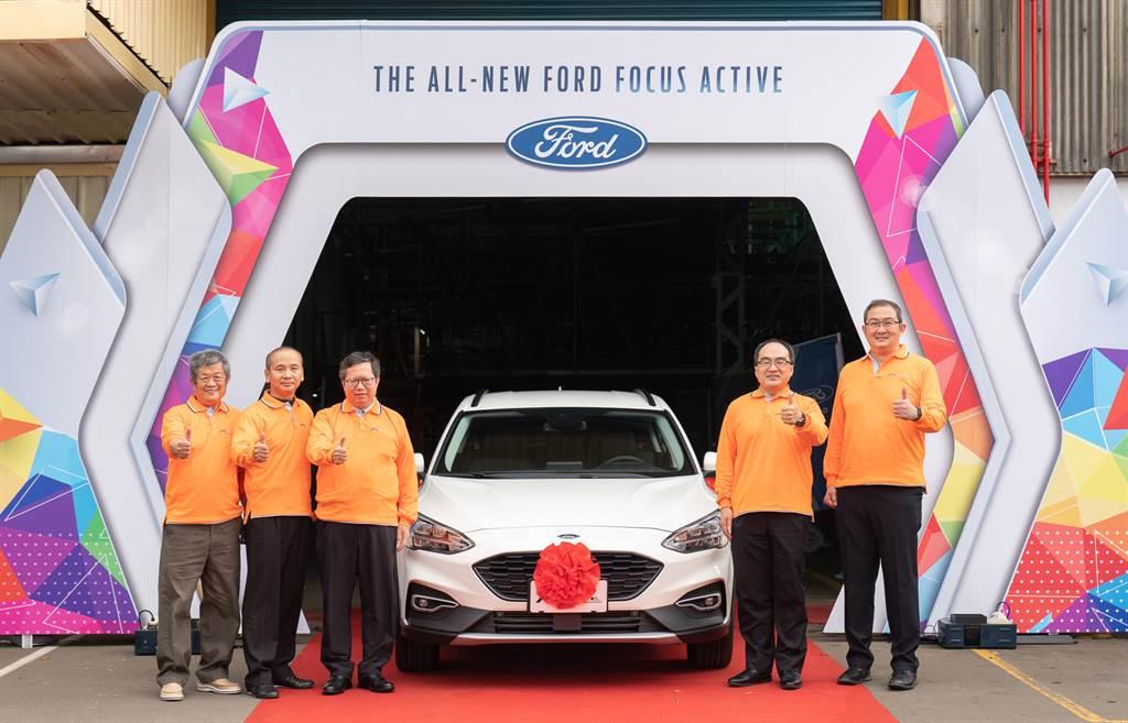 福特六和汽車獲經濟部工業局及桃園市政府支持及肯定,成就汽車智慧製造暨供應鏈品質推升計畫示範場域,此智慧產線正式迎來福特六和即將導入台灣市場的又一輛全新車款Ford Focus Active,於今(17)日舉辦新車出廠典禮,圖右起為福特六和汽車總裁邴兆齊、經濟部工業局局長呂正華、桃園市市長鄭文燦、福特六和汽車工會理事長葉日榮、福特六和汽車董事長許智樂。