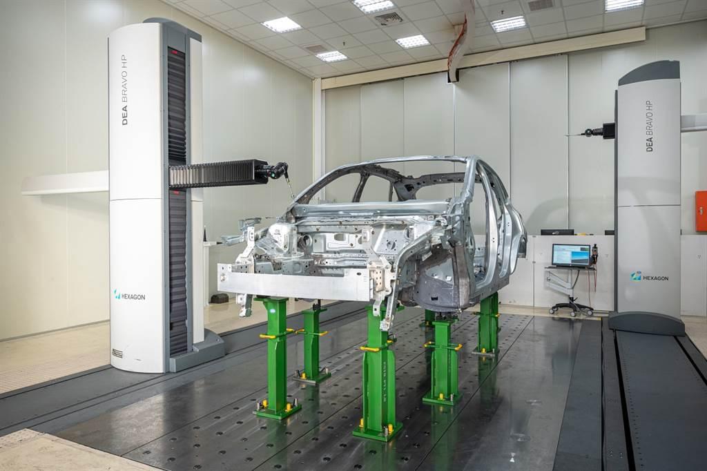 透過3D量測儀,可將整個車體都進行掃描,並同步與雲端資料庫進行比對,確保每次製造出的車體符合規範。