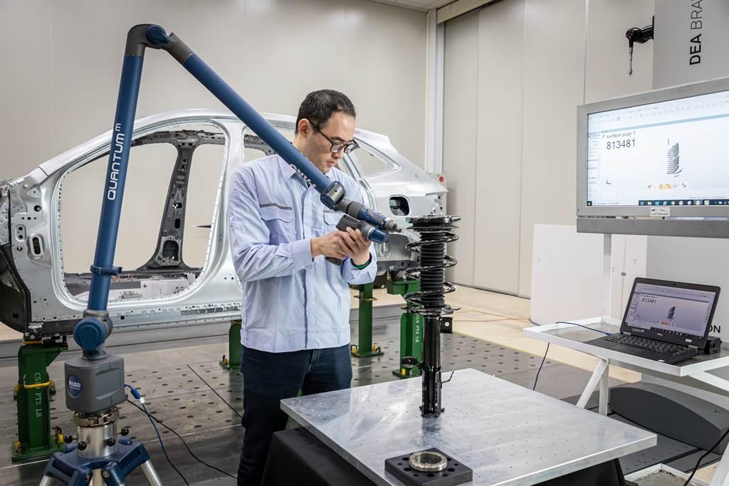 若有細部零件無法由大型3D量測儀掃瞄,則可透過手持式雷射藍光掃描儀進行建模比對作業。