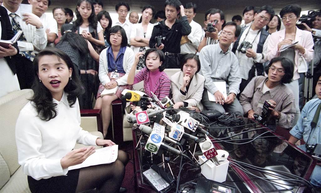 指控謝長廷涉及收取宋七力政治獻金的璩美鳳,針對此事開記者會。(圖/中時資料照)