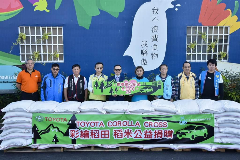 和泰汽車TOYOTA車輛營業本部劉傳宏本部長(左五)、台灣全民食物銀行劉露霞秘書長(右四) 與受贈單位於稻米捐贈儀式合影。
