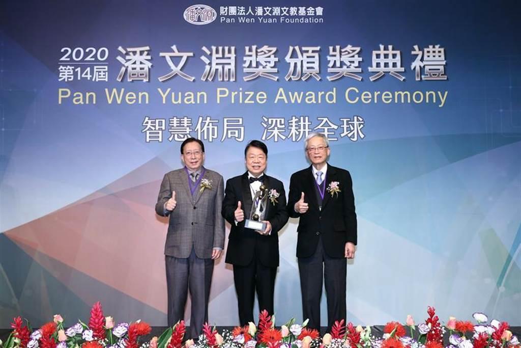 友嘉集團總裁朱志洋(中)17日獲頒潘文淵獎,由前行政院長,中華文化永續發展基金會董事長劉兆玄(左)頒發獎座,右為潘文淵文教基金會董事長史欽泰。圖/業者提供