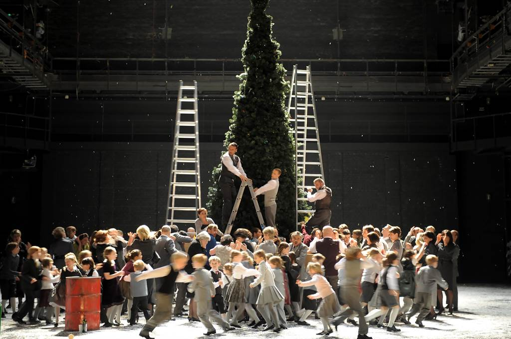 由瑞士蘇黎世歌劇院總監安德理亞.荷穆齊所執導的經典歌劇《波希米亞人》,舞台上7公尺高的聖誕樹,是一大亮點。(台中國家歌劇院提供)