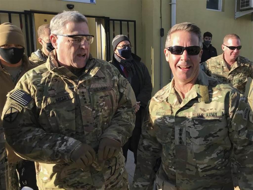 美国参谋首长联席会议主席麦利将军(前左),16日在阿富汗首都喀布尔。美联社(photo:ChinaTimes)